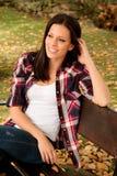 Mujer joven hermosa que se sienta en parque en la caída Imagenes de archivo