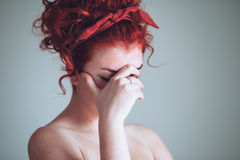 Mujer joven hermosa que siente emocional Imagen de archivo libre de regalías