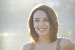 Mujer joven hermosa que sonríe afuera Imagen de archivo libre de regalías
