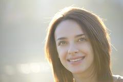 Mujer joven hermosa que sonríe afuera Imágenes de archivo libres de regalías