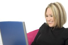 Mujer joven hermosa que sonríe con la computadora portátil foto de archivo