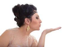 Mujer joven hermosa que sopla un beso foto de archivo