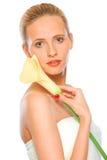 Mujer joven hermosa que sostiene el lirio de cala amarillo Foto de archivo