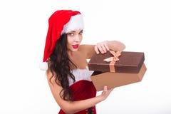 Mujer joven hermosa que sostiene el regalo de la Navidad Aislado en blanco Imagenes de archivo