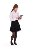 Mujer joven hermosa que sostiene la tableta digital Imagen de archivo libre de regalías