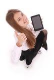 Mujer joven hermosa que sostiene la tableta digital Fotografía de archivo