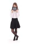 Mujer joven hermosa que sostiene la tableta digital Fotos de archivo libres de regalías