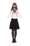 Mujer joven hermosa que sostiene la tableta digital Foto de archivo