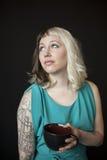 Mujer joven hermosa que sostiene la taza del café sólo imagen de archivo