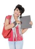 Mujer joven hermosa que sostiene un libro Imagen de archivo libre de regalías