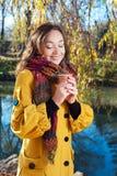 Mujer joven hermosa que sostiene una taza de café Imagenes de archivo