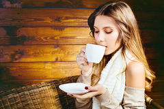 Mujer joven hermosa que sostiene una taza de café Fotos de archivo libres de regalías