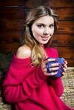Mujer joven hermosa que sostiene una taza de café Imagen de archivo libre de regalías