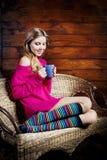 Mujer joven hermosa que sostiene una taza de café Fotografía de archivo libre de regalías