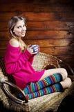 Mujer joven hermosa que sostiene una taza de café Foto de archivo libre de regalías