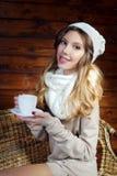 Mujer joven hermosa que sostiene una taza de café Imagen de archivo