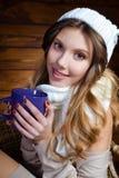 Mujer joven hermosa que sostiene una taza de café Imágenes de archivo libres de regalías