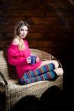 Mujer joven hermosa que sostiene una taza de té Imagen de archivo