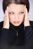 Mujer joven hermosa que tiene dolor de cabeza Fotos de archivo libres de regalías