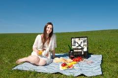 Mujer joven hermosa que tiene una comida campestre Fotografía de archivo