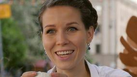 Mujer joven hermosa que tiene una reunión de negocios casual en un restaurante del aire libre imágenes de archivo libres de regalías