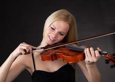 Mujer joven hermosa que toca el violín Imagen de archivo libre de regalías