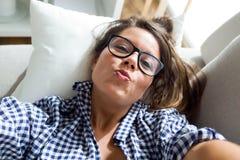 Mujer joven hermosa que toma un selfie en casa Imagen de archivo libre de regalías