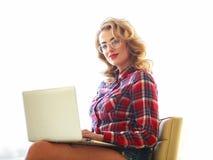 Mujer joven hermosa que trabaja con el ordenador portátil en el fondo blanco fotografía de archivo libre de regalías