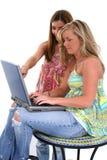 Mujer joven hermosa que trabaja en la computadora portátil Imagen de archivo libre de regalías
