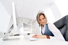 Mujer joven hermosa que trabaja en la oficina Imagen de archivo