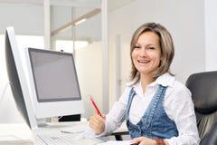 Mujer joven hermosa que trabaja en la oficina Fotografía de archivo