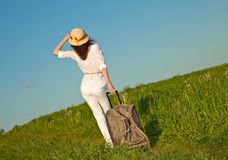 Mujer joven hermosa que viaja con una maleta Imagen de archivo libre de regalías