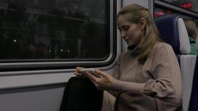 Mujer joven hermosa que viaja en tren almacen de metraje de vídeo