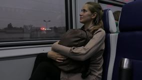 Mujer joven hermosa que viaja en tren almacen de video