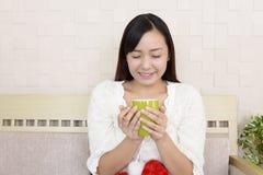 Mujer joven hermosa relajada foto de archivo libre de regalías