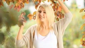 Mujer joven hermosa, rubia almacen de metraje de vídeo