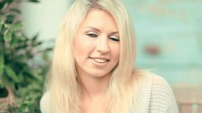 Mujer joven hermosa, rubia almacen de video