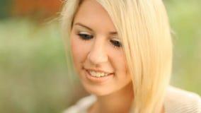 Mujer joven hermosa, rubia metrajes
