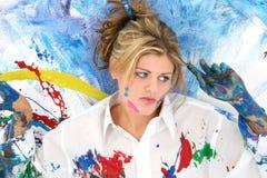 Mujer joven hermosa salpicada en pintura Fotografía de archivo