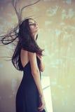 Mujer joven hermosa sensual con el pelo que se convierte Imagen de archivo libre de regalías
