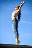 Mujer joven hermosa sobre el cielo azul Foto de archivo