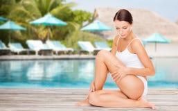 Mujer joven hermosa sobre piscina de la playa Imagen de archivo
