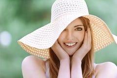 Mujer joven hermosa sonriente Imágenes de archivo libres de regalías