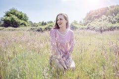 Mujer joven hermosa sonriente con el pelo largo romántico, efectos del instagram Fotos de archivo libres de regalías