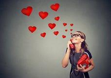 Mujer joven hermosa sonriente en amor que habla en el teléfono Imagen de archivo