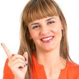Mujer joven hermosa sonriente feliz que muestra el copyspace o el somethi Foto de archivo
