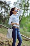 Mujer joven hermosa y de la moda con el bolso Fotos de archivo