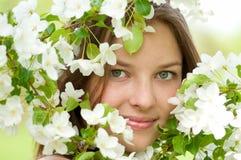 Mujer joven hermosa y flores blancas Imagenes de archivo