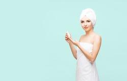 Mujer joven, hermosa y natural envuelta en toalla sobre vagos ciánicos Fotografía de archivo