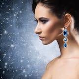 Mujer joven, hermosa y rica en joyas foto de archivo libre de regalías